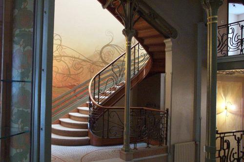 Woonkamer met klassieke stijl een interieur met een gouden