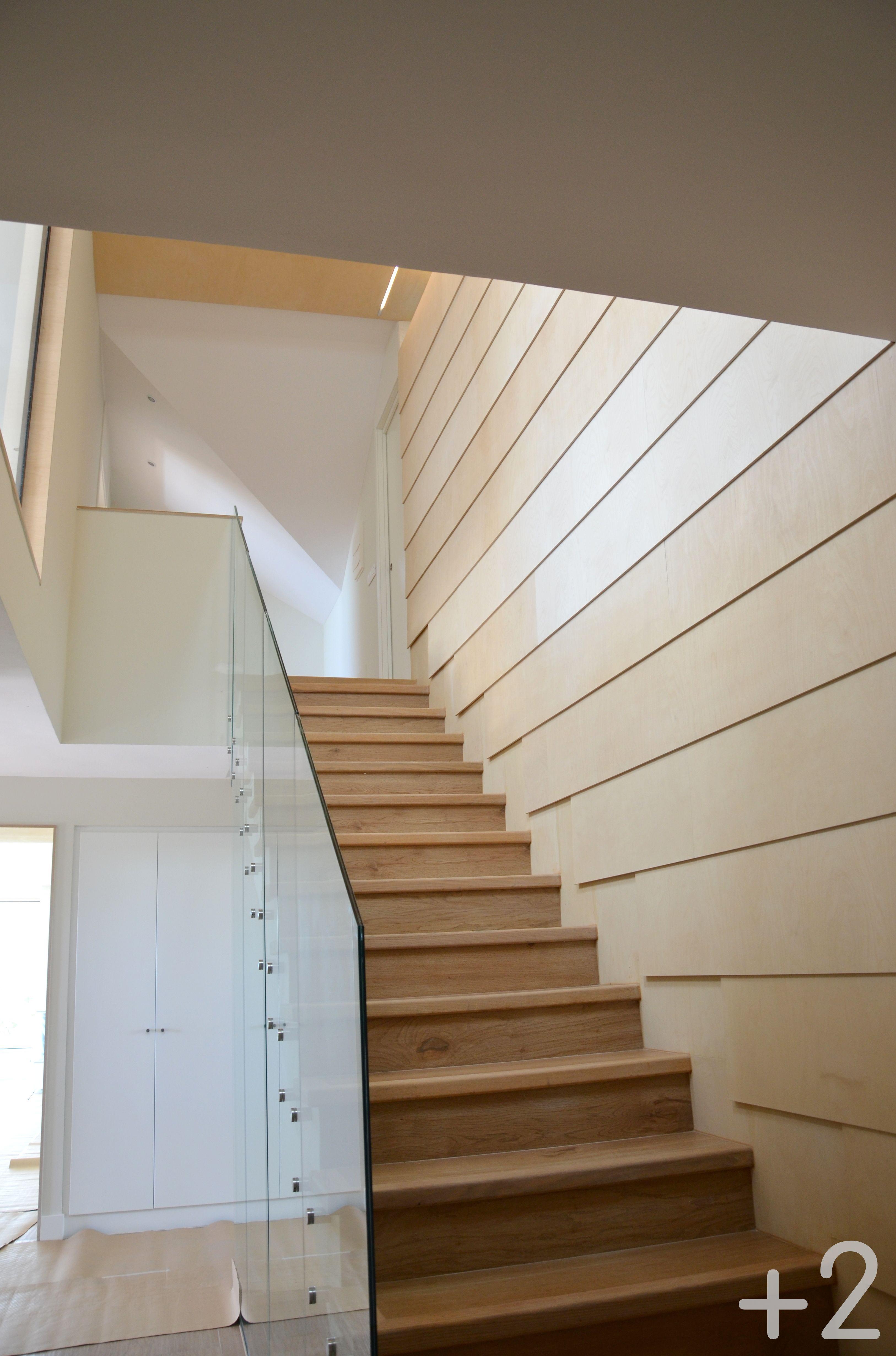 Escalera revestida en madera contrachapada con barandilla - Escaleras de cristal y madera ...