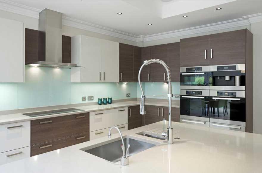 Küchen-moderne-mit-lila-hochglanz-küchenmöbel-installation-im-weiß - spritzschutz küche glas