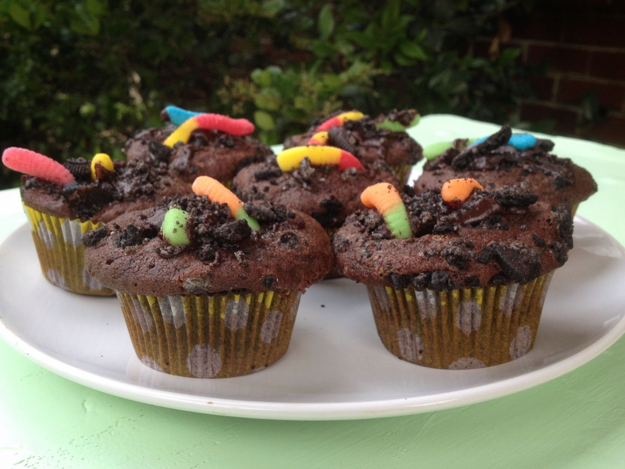 "Dirt an""Dirt and Worm Chocolate Cupcakes"" with gummy worms ..."