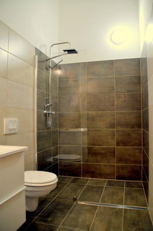 Schlichtes Badezimmer Mit Dunklen Fliesen In Braun Fliesen Badezimmer Schone Badezimmer Badezimmer Klein Badezimmer