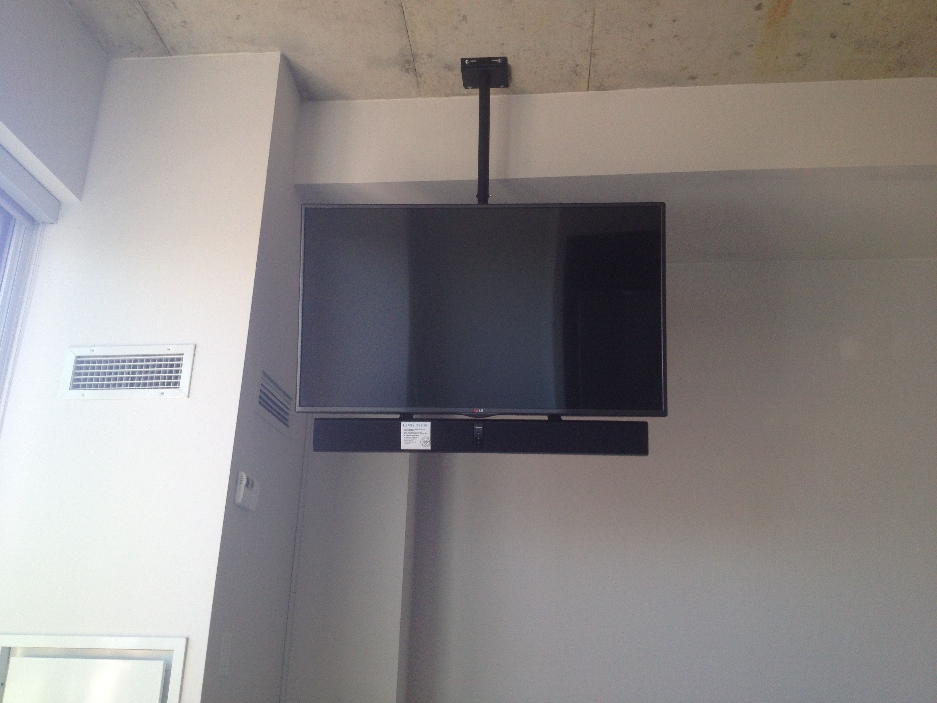 Klipsch Sound Bar Mounted Below The Tv Using Sound Bar