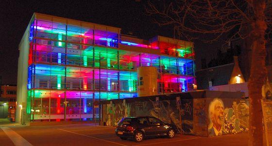 Glas met LED-verlichting. Het plein kan niet alleen verlicht worden ...