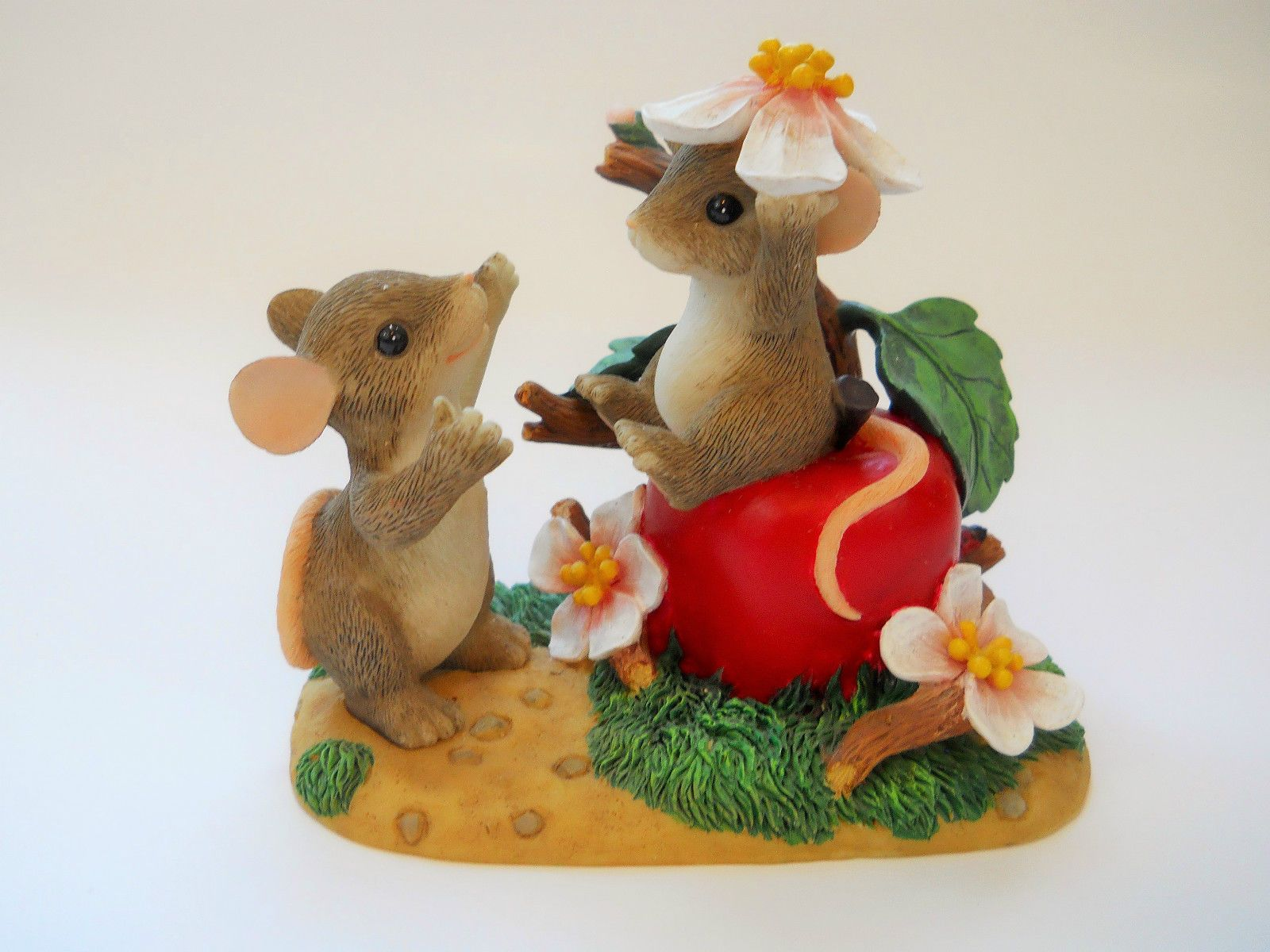 """Charming Tails """"Apple of My Eye"""" Mouse & Apple Figurine by Fitz and Floyd."""