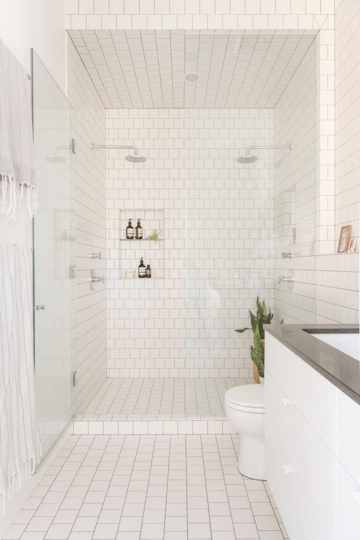badkamer-volledig-halfsteensverband-is-betegeld-vierkante-witte ...