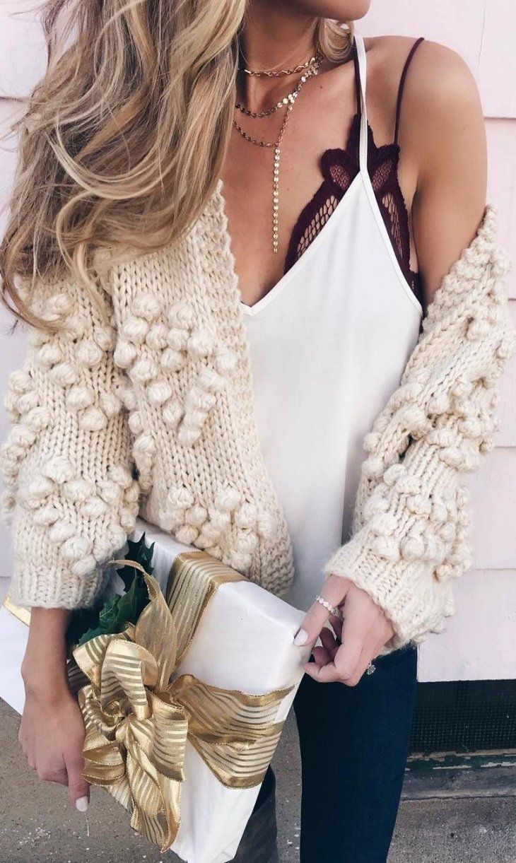 christmas outfit idea_white top + knit cardigan + black skinnies