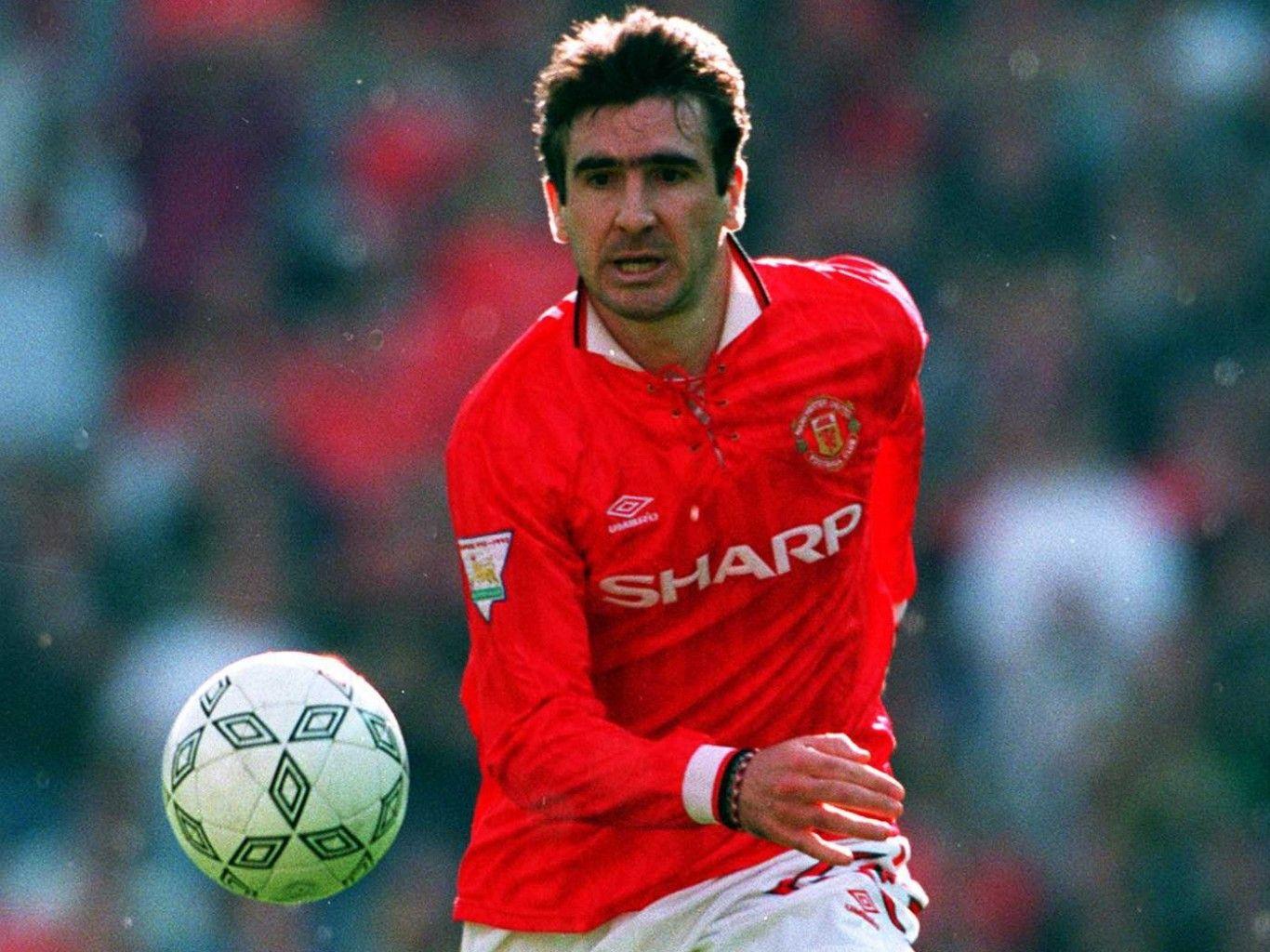 Eric cantona sous le maillot de manchester united, le 12 octobre 1996. Похожее изображение   Eric cantona, Manchester united ...