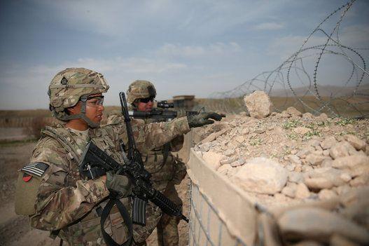 33 fotos poderosas de mulheres nas Forças ArmadasA primeira-tenente Audrey Griffith aponta para Heidi Gerke uma área de interesse durante treinamento na base Adriano, em Deh Rawud, Afeganistão, em 18 de março de 2013. Ambas integram o 92º Batalhão de Engenharia de Fort Stewart, Geórgia.