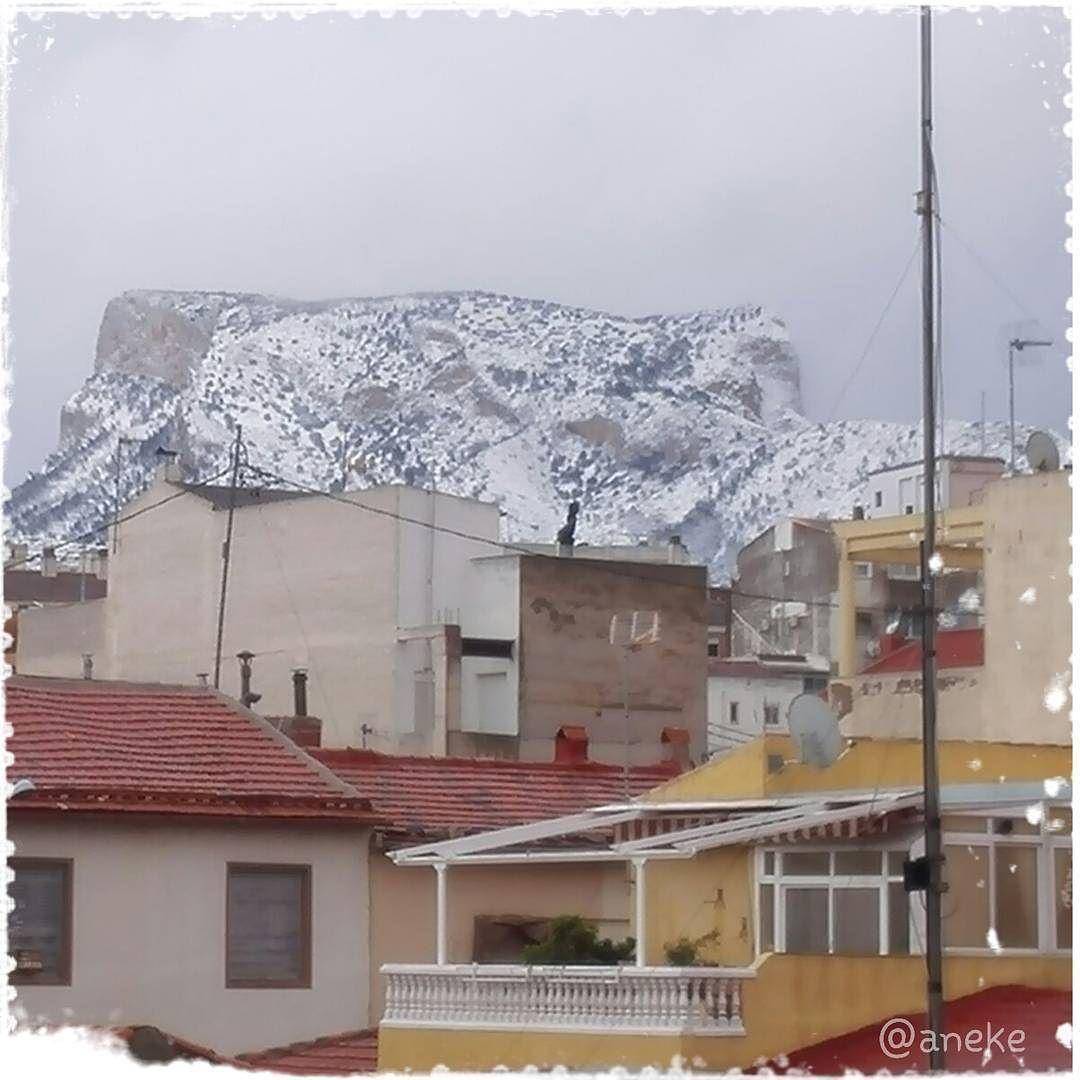 Hoy me parece q no salimos de casa  quina frescoreta  y encima no estamos acostumbrados a las nieves q somos más de playa  #Petrer #nieve #Alicante