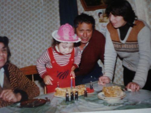 Mi segundo cumpleaños........... veinti..............tres? años  atras    ahi juan pino ta jovencito todavia... no sabia lo k le inculcaria a su nieta, mala mal agua igual k él jajjajajjajaja    trambien esta conmigo la abuelita Lidia (mala pa la mierda tb), k no sabiamos esta seria su ultima foto....    weno y laotra mala pal té es la Gladys, todos la conocen...........    ya.