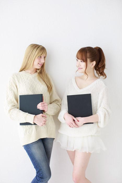 フリー写真 本を抱える外国人女性と日本人女性 パブリックドメインq 著作権フリー画像素材集 外国人女性 女性 フリー 写真