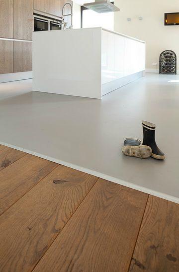houten vloer die overgaat in een gietvloer met betonlook #keuken, Deco ideeën
