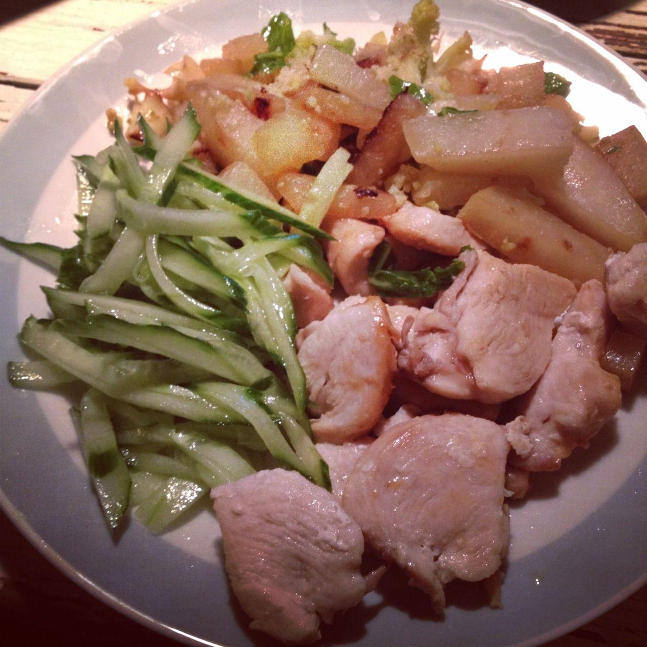 Hühnchen mit geschmortem Kohlrabi und Romanescoblumenkohl, Gurkensalat. Chicken with braised turnips and romanesco cauliflower, cucumber sal...
