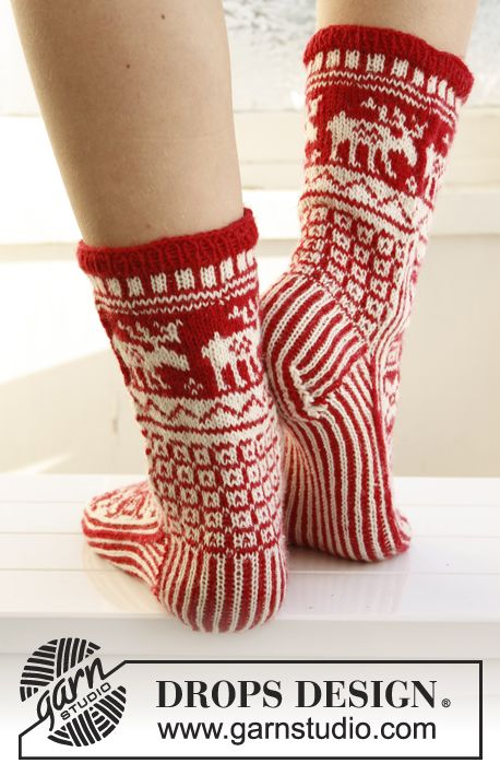 """Knitted DROPS Christmas socks with pattern in """"Fabel"""". ~ DROPS Design"""