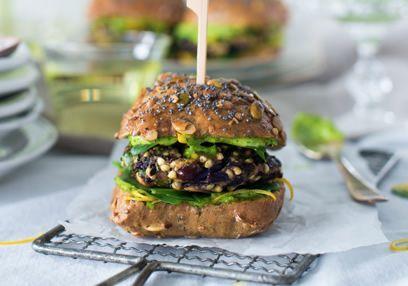 Deze supergezonde lekkere vegetarische burger is extreem makkelijk te maken. De romige textuur van de peterselieyoghurt met de nootachtige smaak van de boekweit zorgen voor de perfecte hamburger.