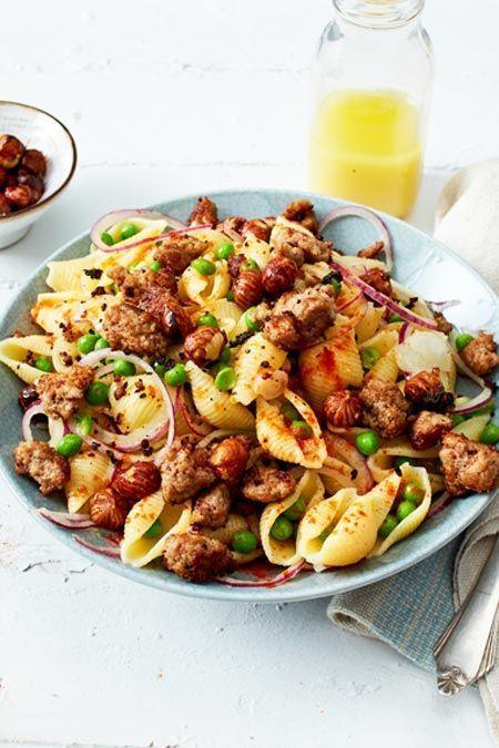 Mit diesem Rezept für Hackfleisch-Nudelsalat verlieben wir uns wieder neu in #Pasta! Zusammen mit Erbsen und karamellisierten Haselnüssen ein echtes Schmankerl fürs nächste #Grillfest oder #Partybuffet. #lecker #rezepte #ideen