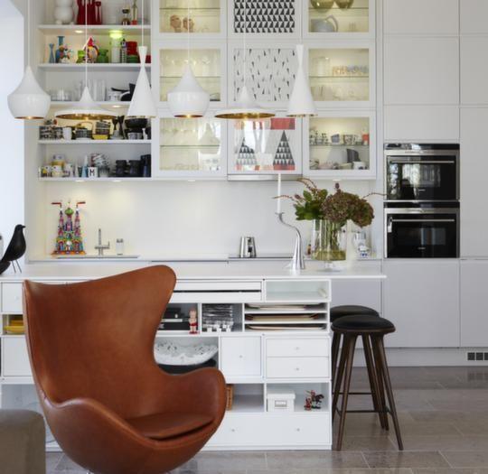 Translation: Interior stylist Mija Kinning's kitchen is great, especially the Tom Dixon Beat light above the counter.