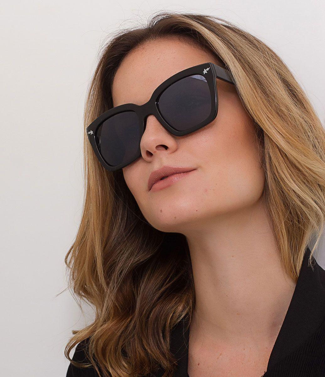 Óculos de sol Modelo quadrado Hastes em acetato Lentes fumê total Proteção  contra raios UVA   UVB Acompanha um estojo e flanela de limpeza Garantia de  6 ... a480002304