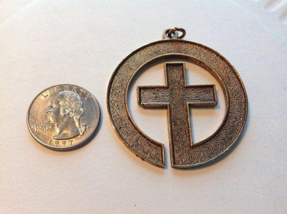 Vintage colgante de metal cruz por SuesDesigns en Etsy