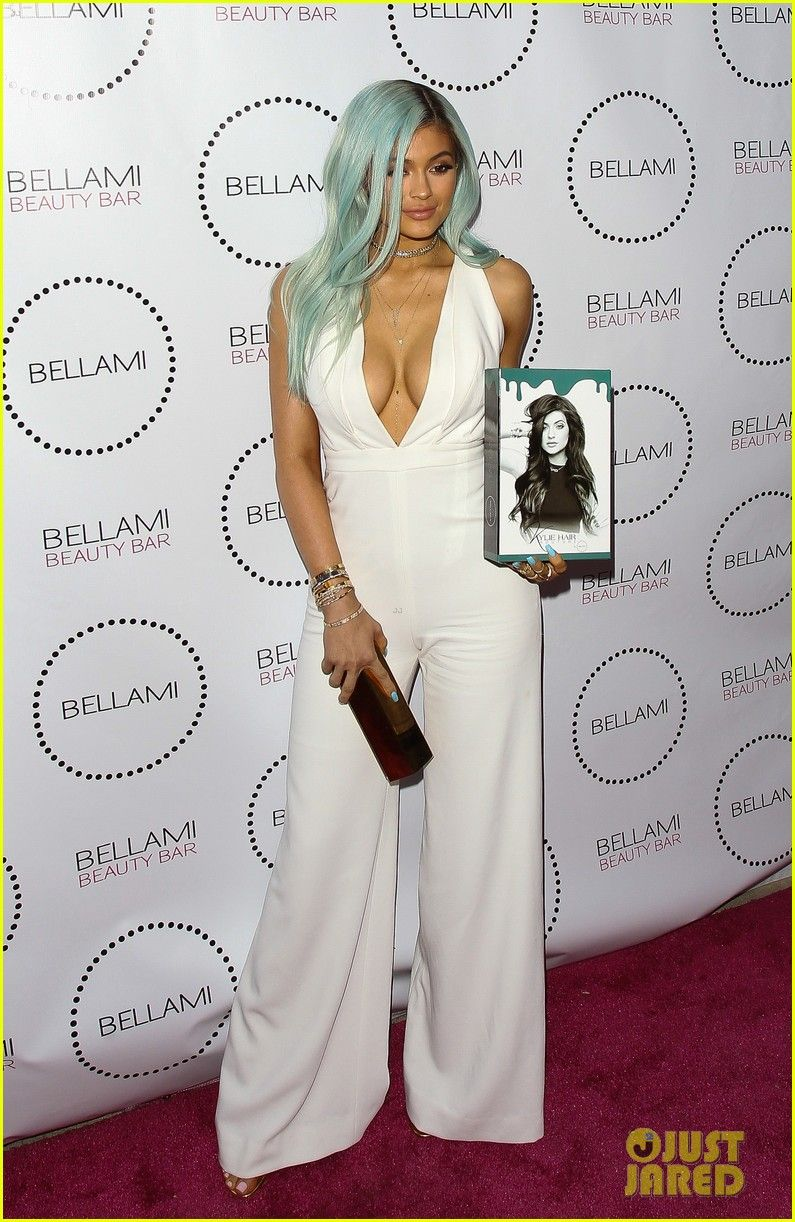 412606c7eb1 kylie jenner has blue hair again 01 Kylie Jenner shows off her brand new  look while