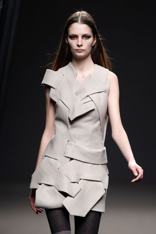 Moda en Puzzles por Amaya Arzuaga  La geometría elegante de Amaya Arzuaga en…
