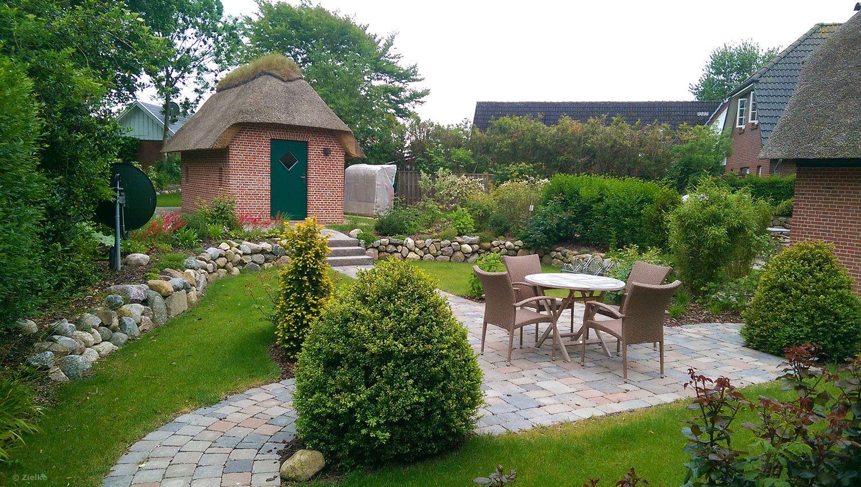Garten mit gepflastertem sitzplatz zwei ebenen for Gartengestaltung zwei ebenen