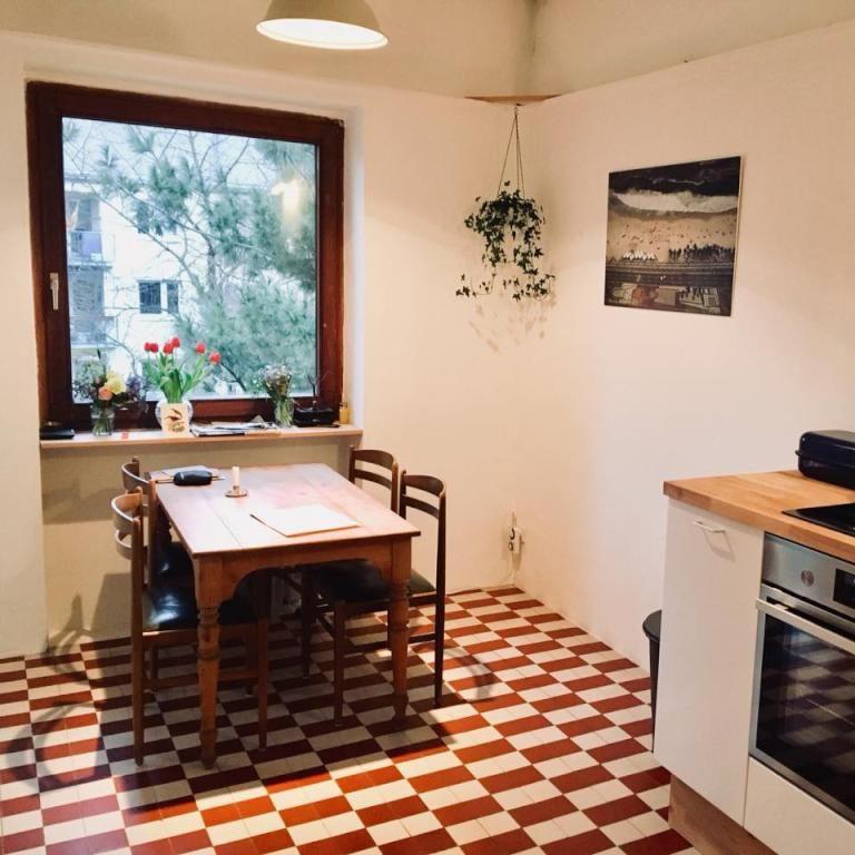 Gemütlicher Essbereich in der Küche mit kariertem Fliesenboden ...