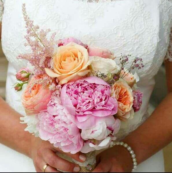 brautstrau in rosa lachs mit pfingstrosen rosen astilben schleierkraut hochzeit. Black Bedroom Furniture Sets. Home Design Ideas