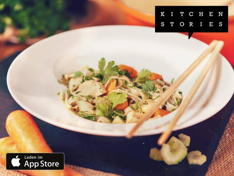 Ich koche Hühner-Nudel-Suppe thailändischer Art mit Kitchen Stories. Einfach köstlich! Hol dir jetzt das Rezept: http://getks.io/de/2963