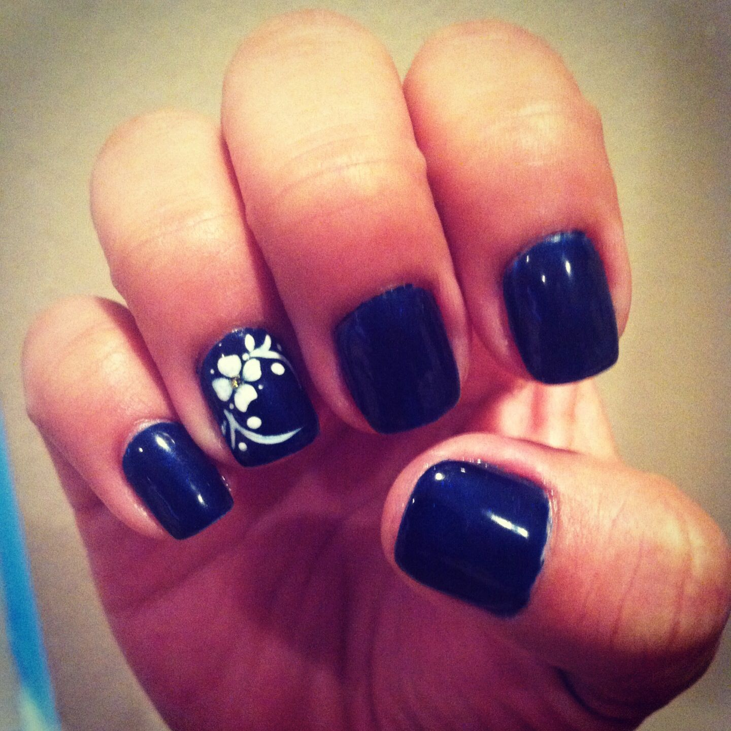 Nail Art On Navy Blue Nails: Navy Blue Gel Nails With White Flower Design