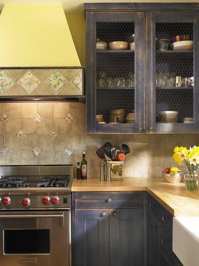 idea per arredare cucine shabby chic con mobili scuri dall\'aspetto ...