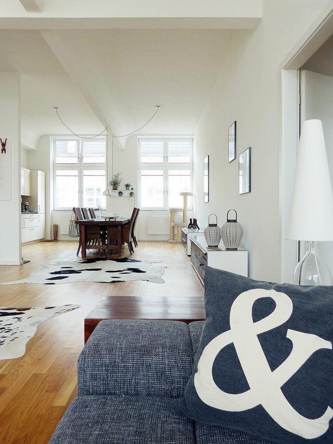Wohnzimmer Jeans Kissen Couch Kuhteppich Kuhfell Esstisch Vase