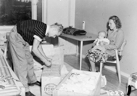 Ylioppilaiden asuintalo, Domus Academica, on saanut Helsingissä ensimmäiset asukkaansa. Lääketieteen ylioppilas Juha Helle kotiutuu yhdessä vaimonsa, medikofiilari Kaisa Helteen ja tyttärensä Merjan kanssa ylioppilasasuntolaan. 1.9.1947  SVM