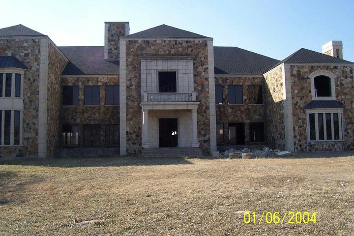 Abandoned Mansion Off Ih35 In Sanger Tx First Saw This In Early 80 S Hasn T Changed Since Mansions Abandoned Mansion Courtyard House Plans