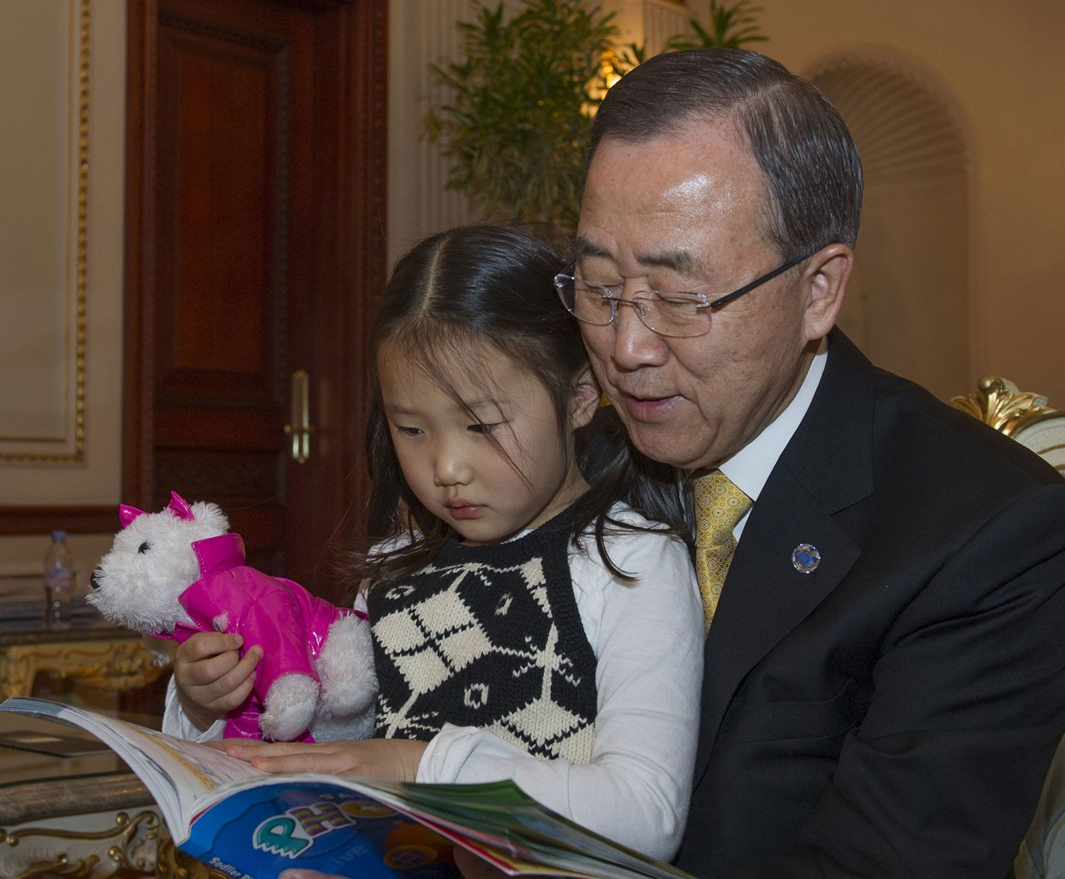 Look who is taking part in the #GIRLWITHABOOK intiative -- on a recent visit home to the Republic of Korea Secretary-General Ban Ki-moon sat down and read a book with his granddaughter.    Now there are even more ways to get involved in this important initiative in honour of #Malala Yusufzai. Take a look at the details here http://j.mp/REPObk and pin your photo today!