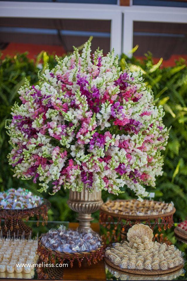 arreglo floral para mesa de dulces