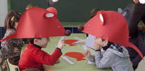 Los escolares de Els Peicos, con divertidos gorros en forma de ratón Frederick