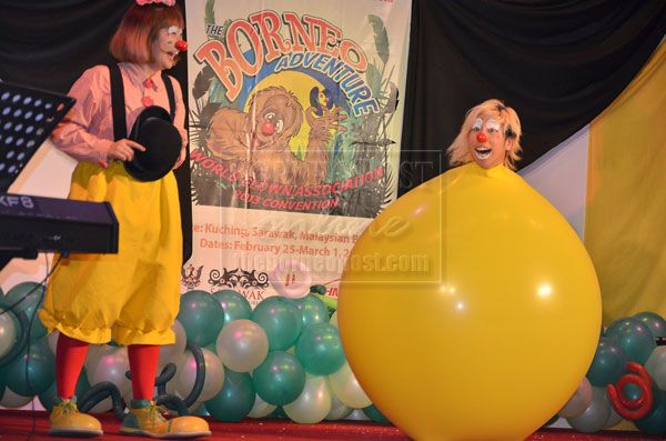 Clowns Entertain More Than 300 In Humanitarian Show Clown Cute Clown Female Clown