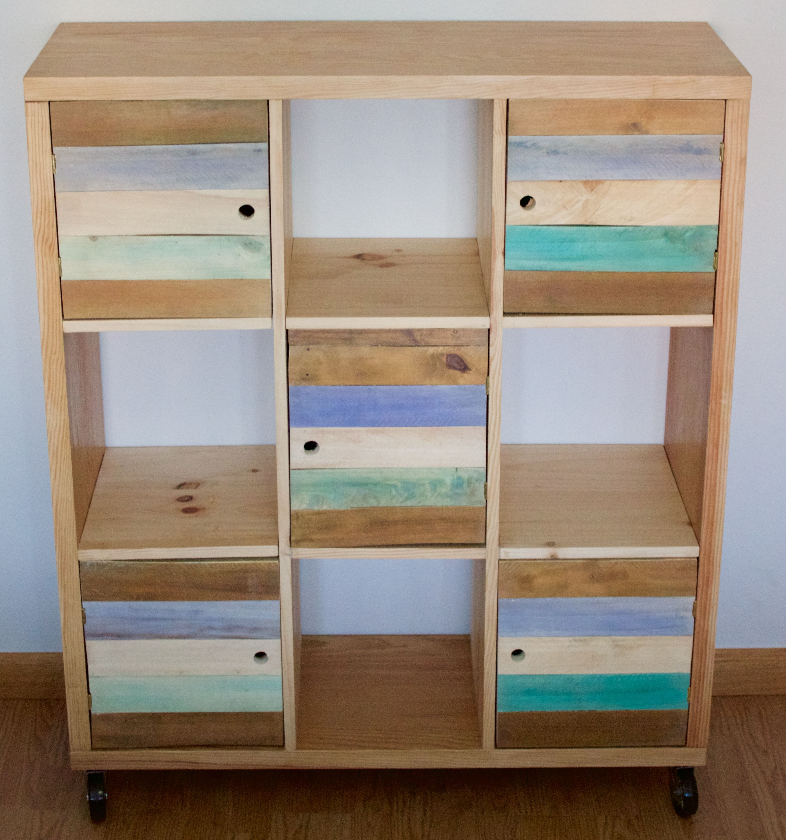 Mueble multiusos realizado en madera maciza de pino y for Puertas de madera reciclada