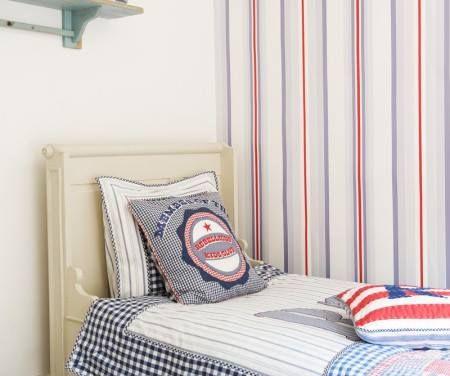 Papel pintado a rayas para un dormitorio infantil o para - Dormitorios pintados a rayas ...