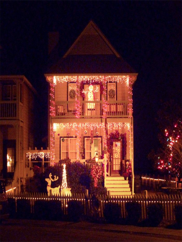 This Beautifully Decorated Townhouse Located In Helena Looks As If It Belongs A Christmas Movie Don T You Agree