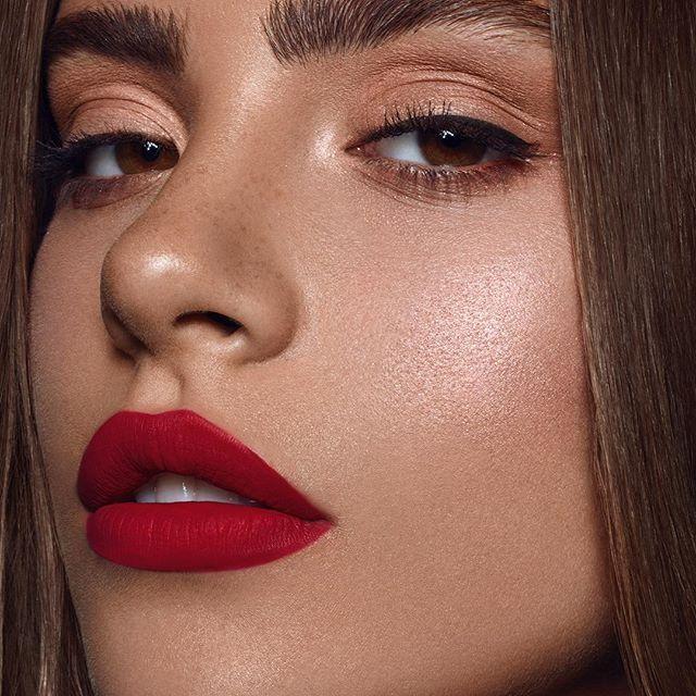 rote lippen neutrale augen #makeup #makeupideas #makeupinspo #eyemakeup #go ... #lipmakeup
