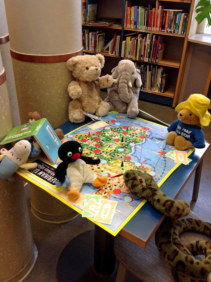 Oppilaat jättävät lelut yökylään koululla ja saavat seur. päivänä kuvia lelujen hommailuista. Kirjoitetaan tarina.