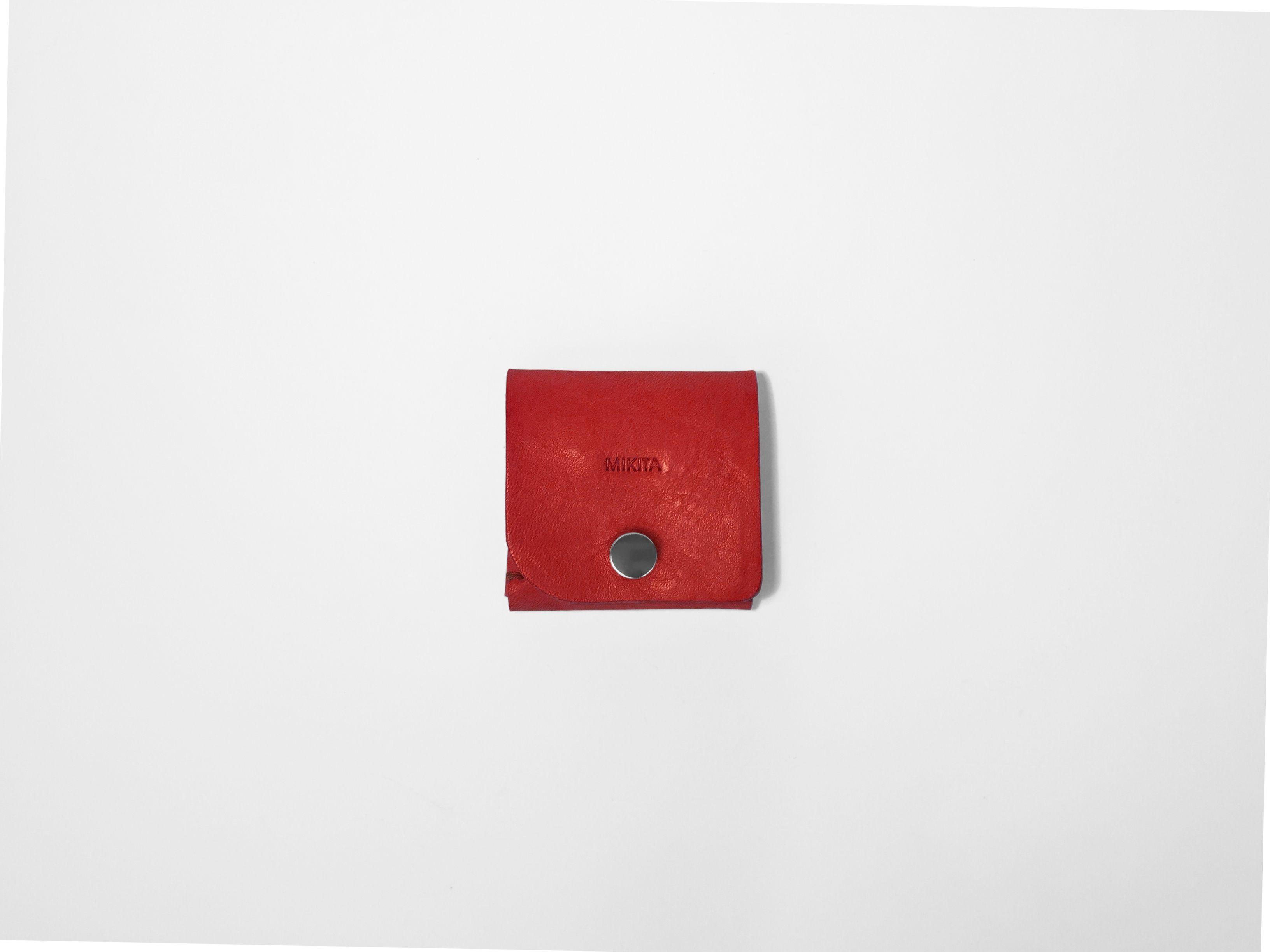 Portamonedas realizado en piel de vaqueta color rojo.