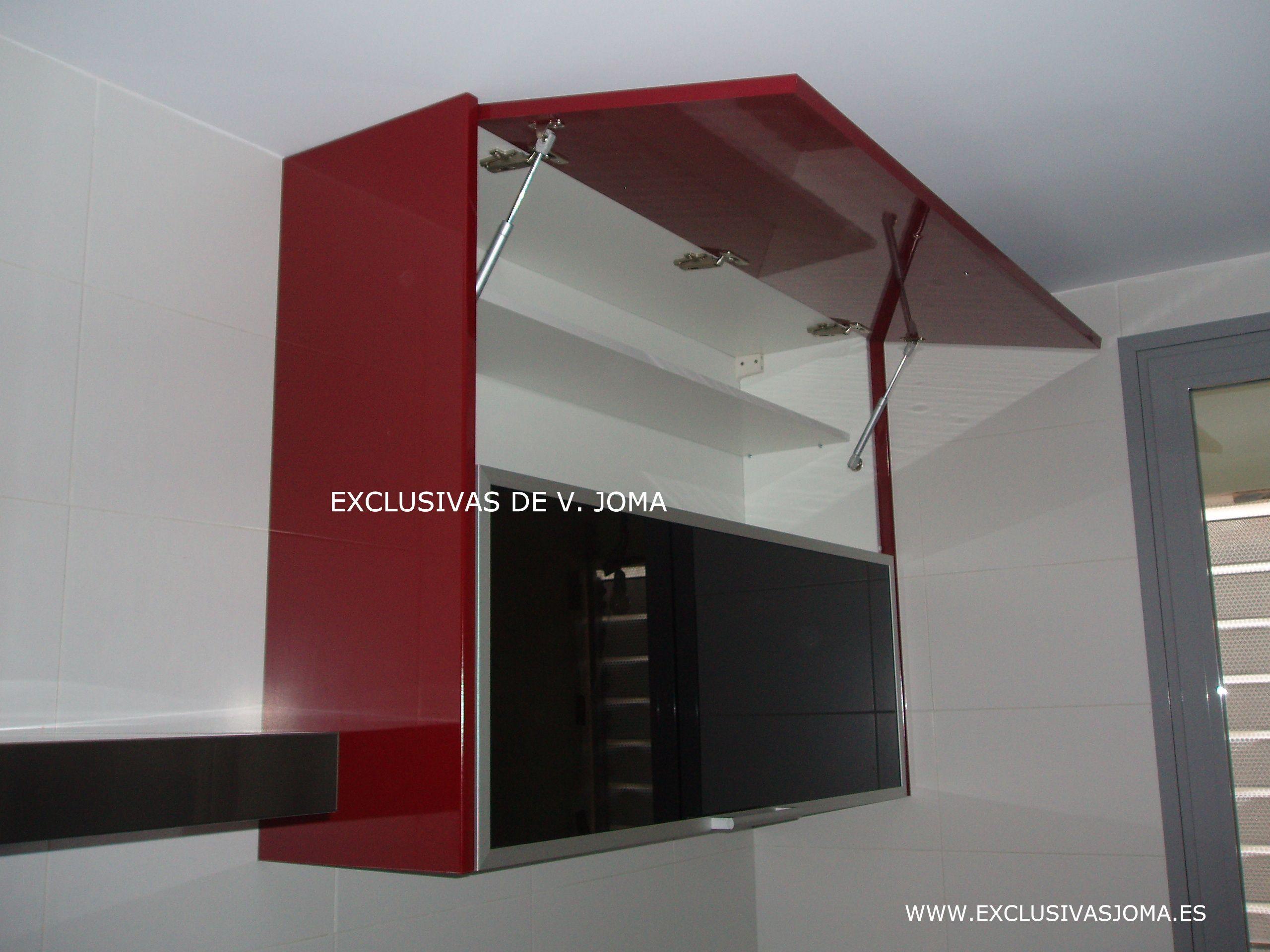 Muebles de cocina en Formica alto brillo en color granate y tirador ...
