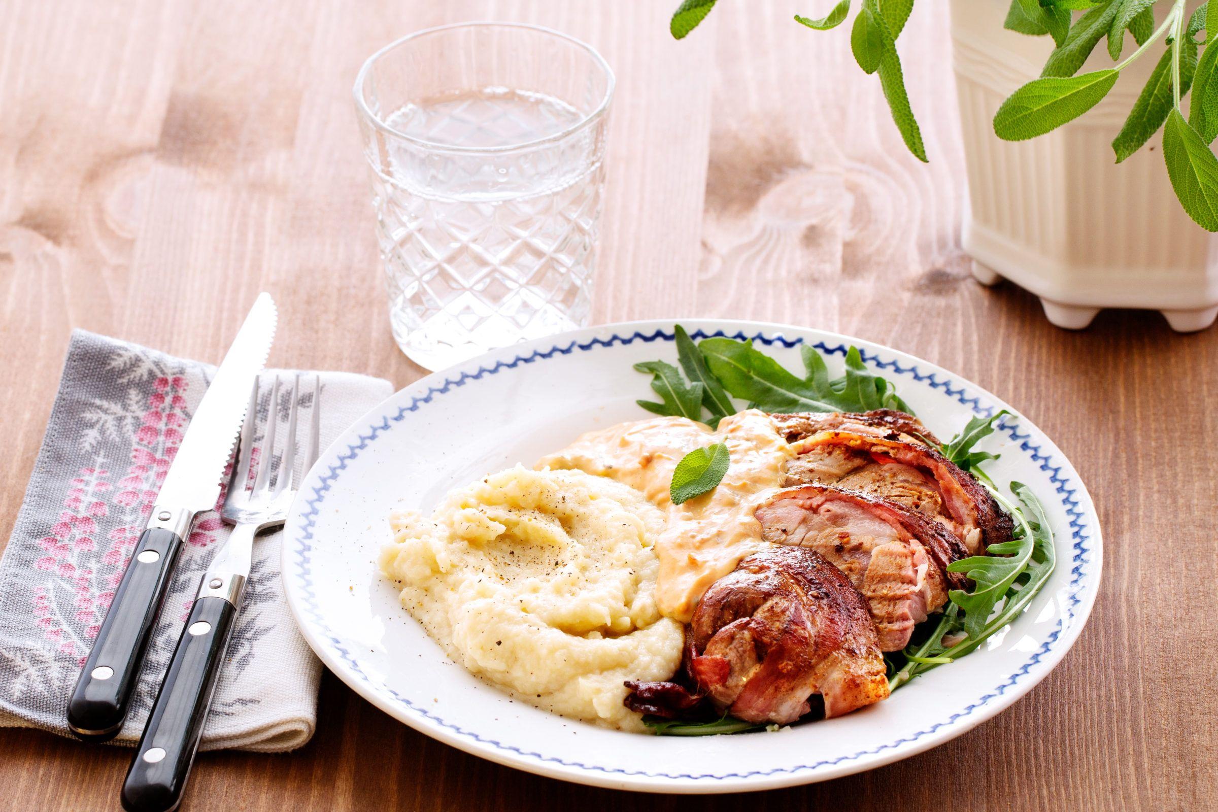 Baconlindad fläskfilé med vitlökspuré   Recept   Fläskfilé
