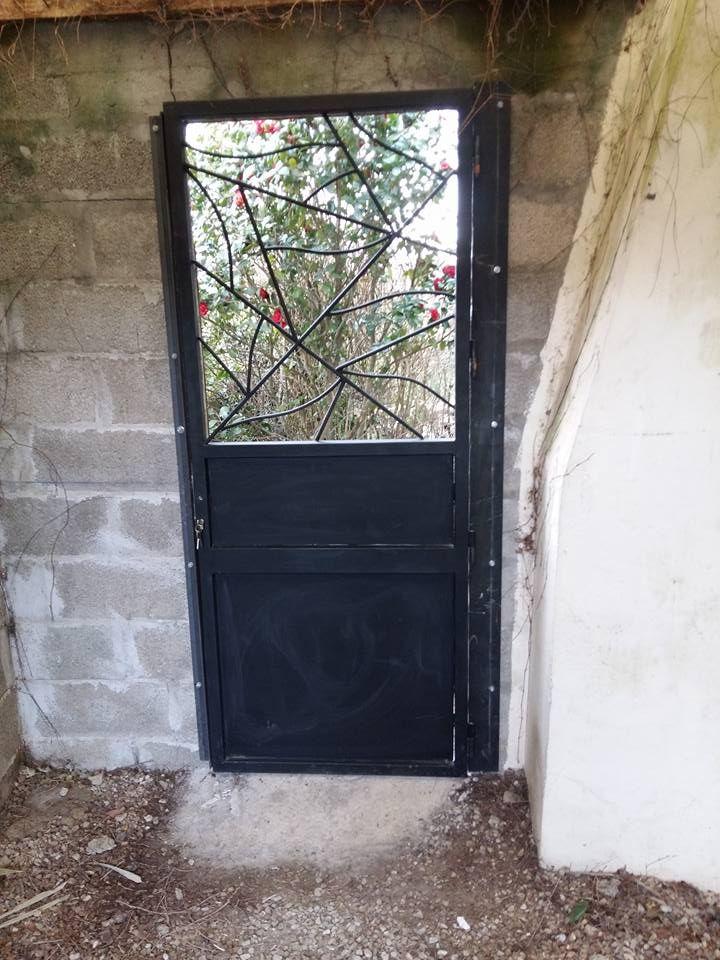 Porte de jardin en acier peint très stylée, barres métalliques