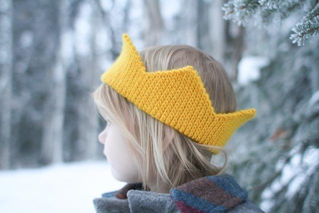 Crochet a fun crown! It\'s easy and free. Pattern by Mamachee Crochet ...