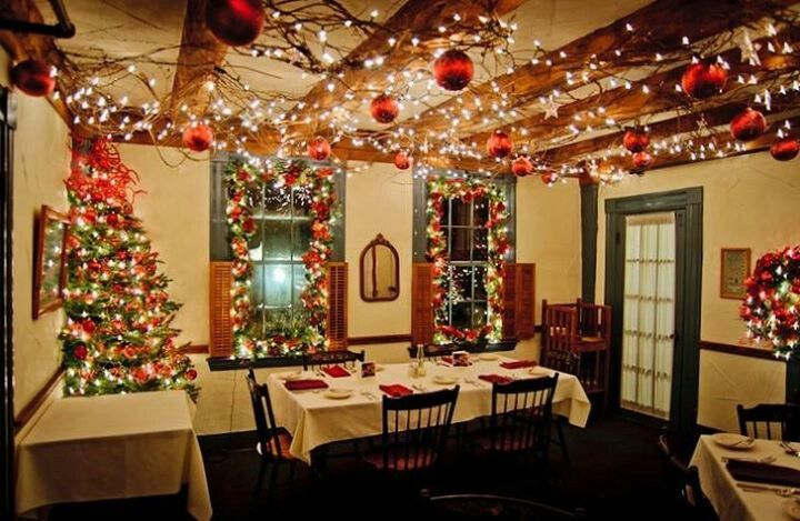 Note The Ceiling Lights Traditional Christmas Decorations Xmas Decorations Christmas Dinner Party Decorations