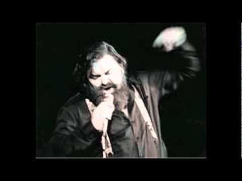 "Han hedder John Mogensen. Han er sanger. Her synger han sangen ""Sidder på et værtshus""."